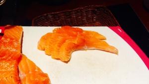 Das Lachsfilet ist vor dem Garen in 0,5 cm dicke Scheiben geschnitten worden.